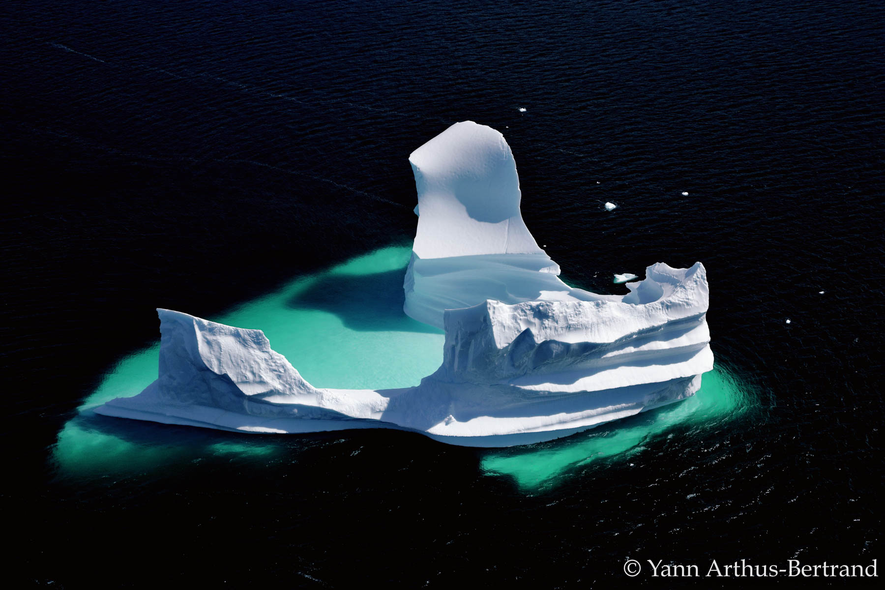 Iceberg érodé dérivanIceberg dérivant au large du Groenland, Danemark