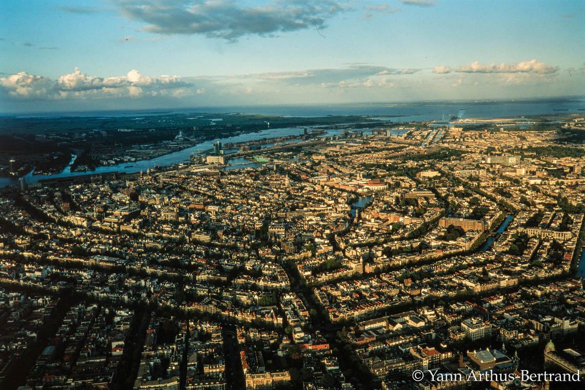 Amsterdam (Pays-Bas) vue du ciel. Depuis plusieurs années, Amsterdam multiplie les initiatives pour diminuer sa consommation d'énergie.