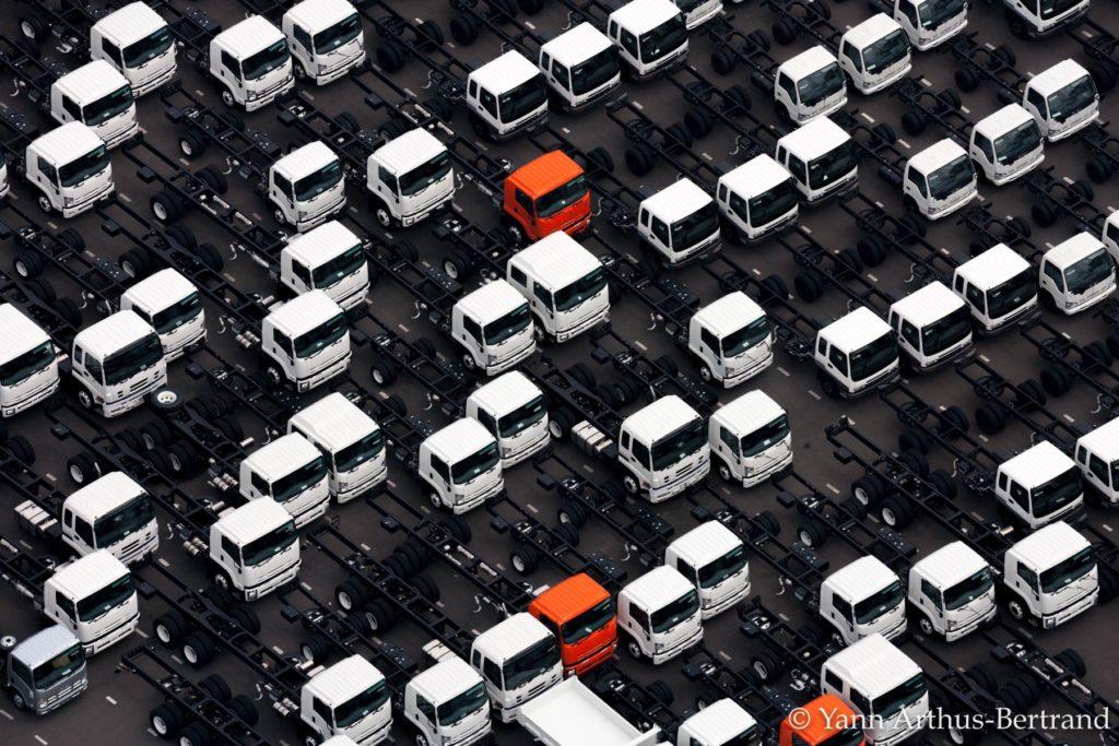 Flotte de poids-lourds au Japon © Yann Arthus-Bertrand