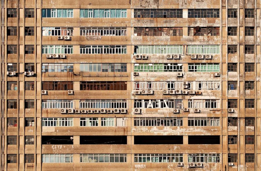 Façade d'immeuble avec des climatiseurs aux fenêtres