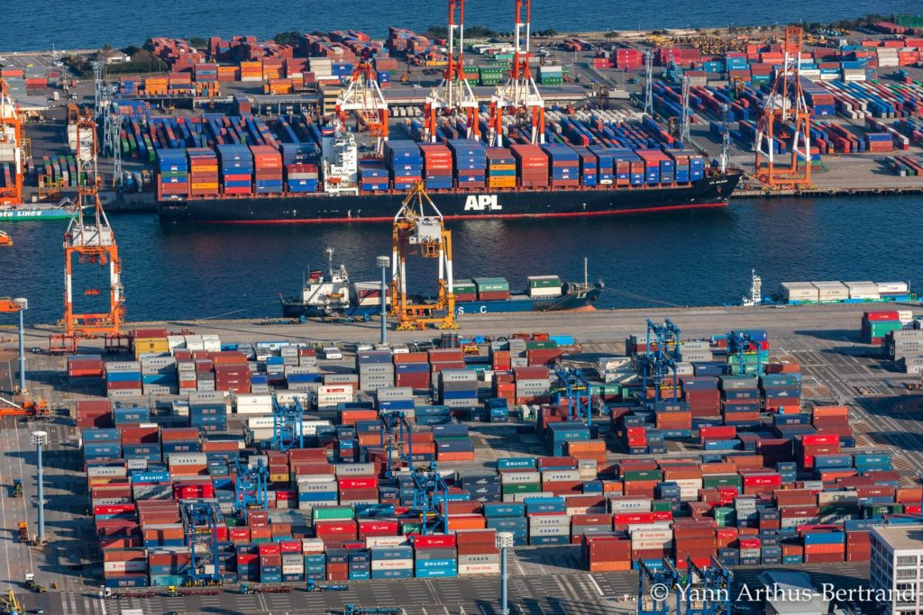 Porte-conteneurs dans un port du Japon. Le trafic maritime, très polluant, croît d'année en année. © Yann Arthus-Bertrand