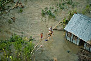 Une famille naufragée après l'inondation de sa maison au sud de Dakha (Bangladesh) © Yann Arthus-Bertrand