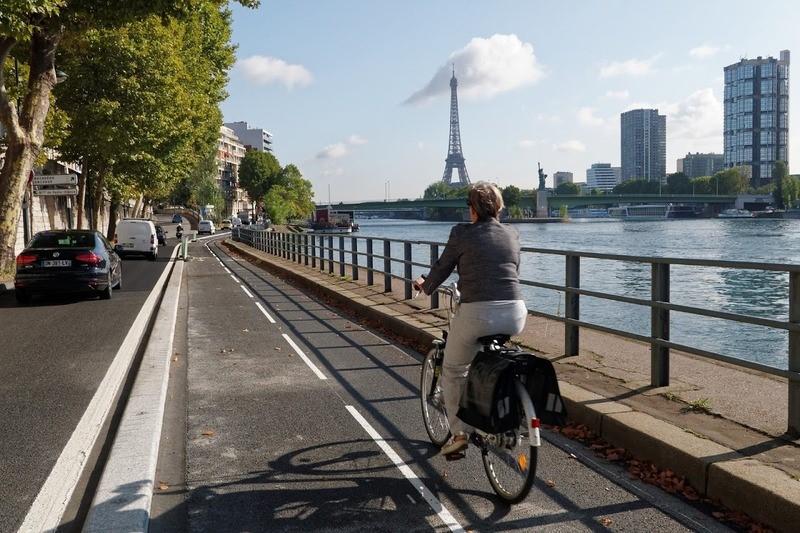 Une cycliste sur les quais à Paris © Mairie de Paris