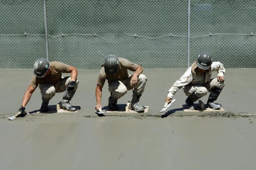Maçons posant du ciment